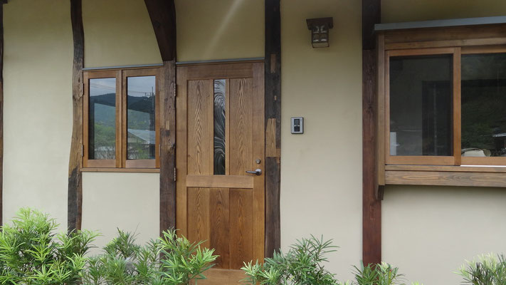玄関戸はステンドガラスの入った木製ドアです