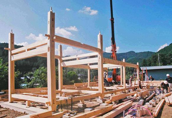 構造の核・四天柱を中心に建前が進む