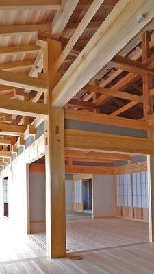 室内上部の梁組を見上げる。