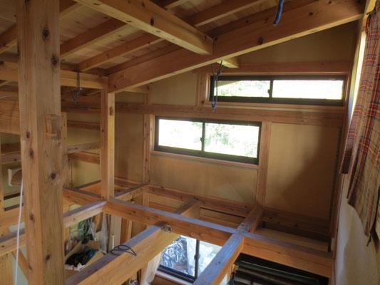 畳を壁に張った小屋裏部。