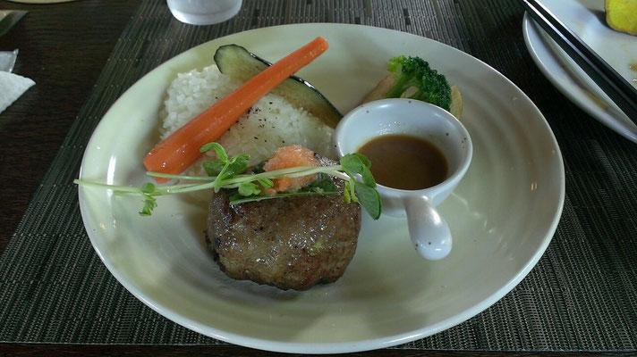 ラム肉と牛肉のハンバーグプレート