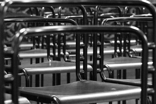 monochrome Stuhlreihen - Trier 2015