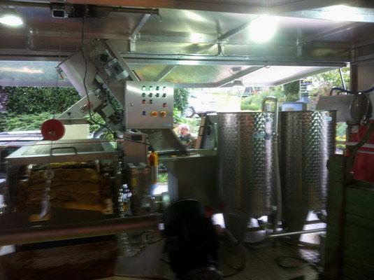Über eine Pressmechanismus scheidet sich der Saft vom Trester und wandert in die beiden Kochbehälter
