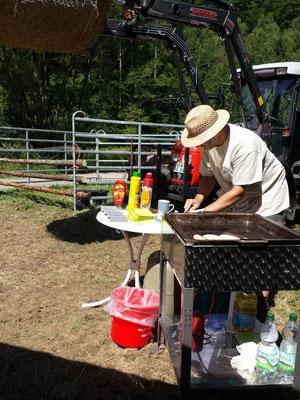 Vorbereiten des Grillstandes durch Dieter