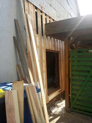 Die Außenwand des Stalls wir mit Lerchenholz verschalt