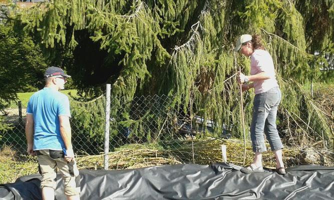 Sicherung zum Bach hin mit einem Zaun