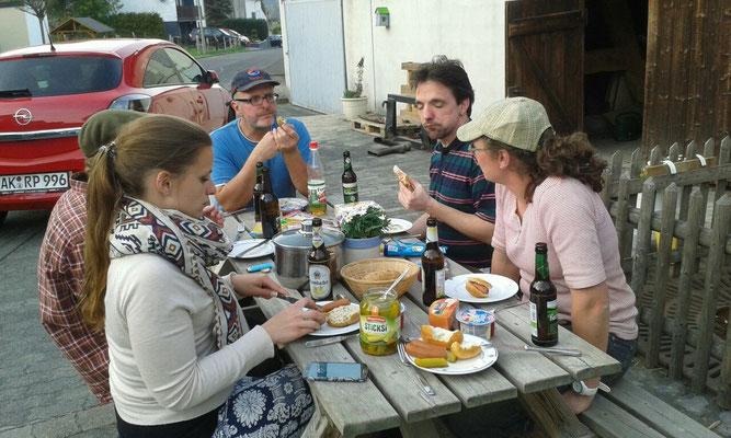 Gemeinsames Essen nach Abschluss der ersten Arbeiten