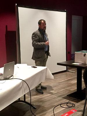 Der Thaynger Gemeindepräsident Philipppe Brühlmann begrüsst die EDU-Mitglieder mit Erklärungen zur historischen und aktuellen Geschichte der Gemeinde.