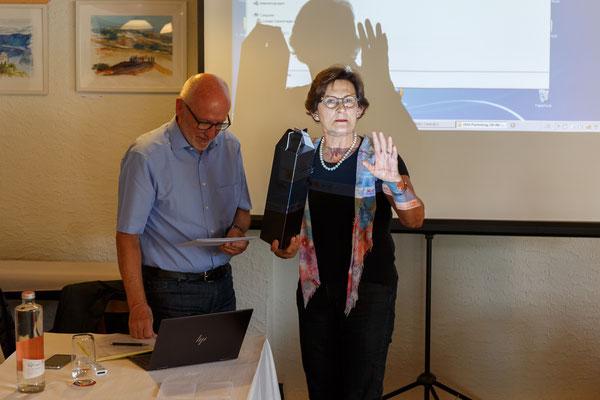 Doris Gasser gratuliert Erwin Sutter zur 25-jährigen Präsidentschaft der EDU Schaffhausen
