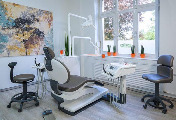 Helle großzügige Behandlungszimmer mit modernster Ausstattung