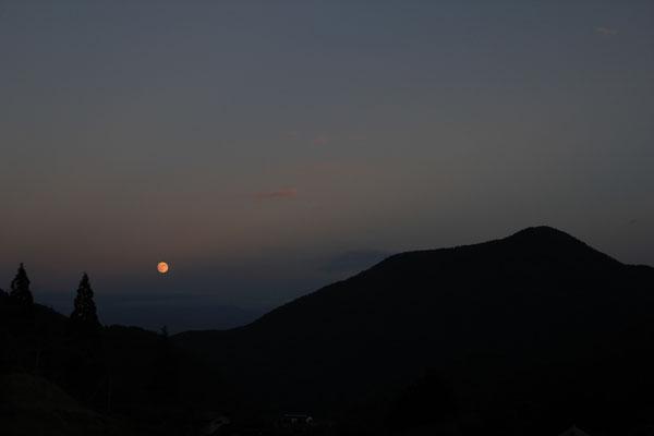 木賊刈る そのはら山の木の間より みがかれいづる 秋の夜の月