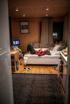 Vom Bad ein direkter Blick auf Küche, Wohnzimmer und Schlafzimmer.