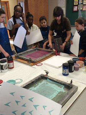 Atelier de sérigraphie avec le groupe Sel et vinaigre (M. Bakvis et Mme Di Menna)