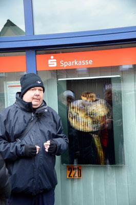 Foto: Martina Veith -- 2. Kunstspaziergang ++ Ausstellungsort Nr. 22 > Sparkasse KölnBonn > Ralf Kardes