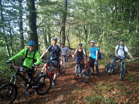 Bunt gemischte Gruppe aus Minden und Hannover rocken die Trails im Deister