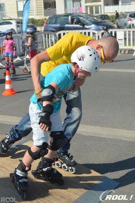 ROOL - Ken Chalot - Accompagne un enfant à descendre un module