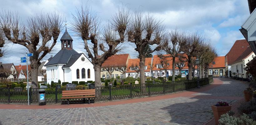 Friedhof im Zentrum der ehemaligen Fischersiedlung Holm