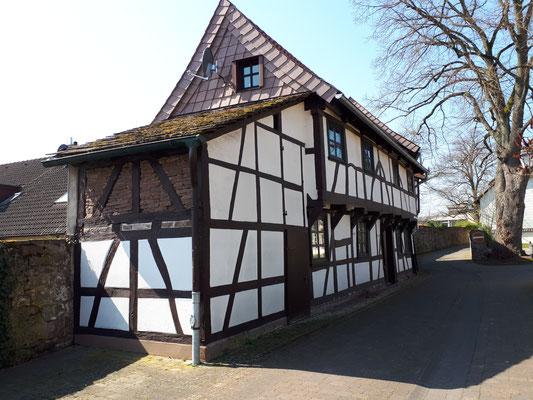 kleine Fachwerkhäuser als Teile der Stadtmauer