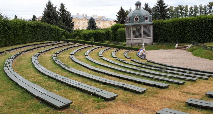 Ein Gartentheater, aber ohne vergoldete Figuren. Daher nur fast so schön wie in Herrenhausen:- ))