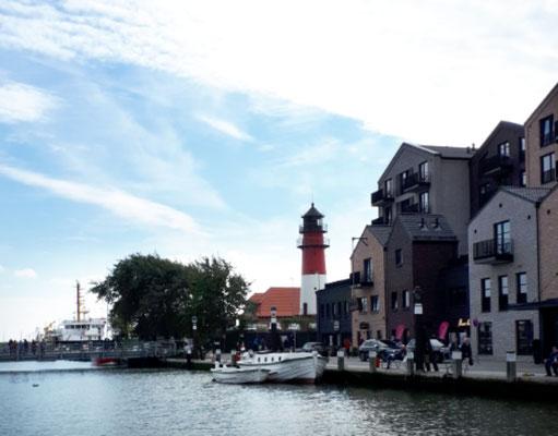 Der leere Museumshafen mit Blick auf den Leuchtturm