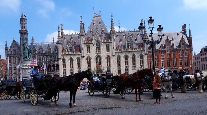 Das Rathaus am Grote Markt mit wartenden Pferdekutschen