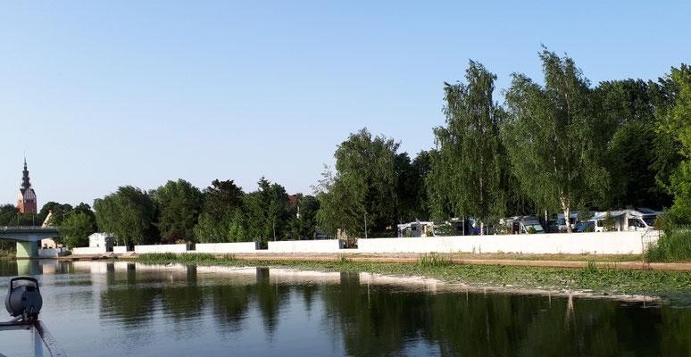 Der Campingplatz vom Kanal aus gesehen