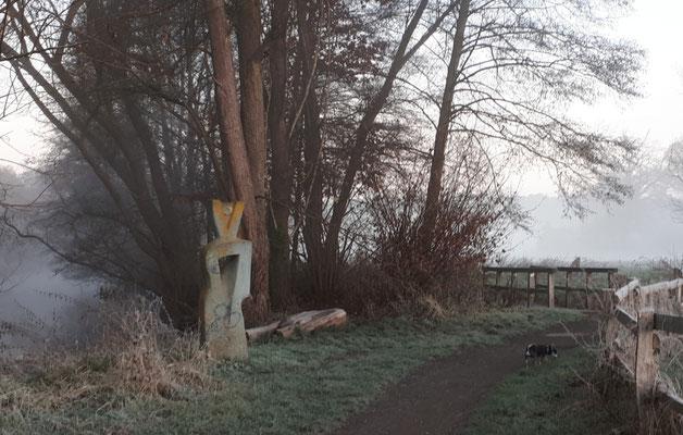 Barny prüft den Skulpturenweg an der Ilmenau