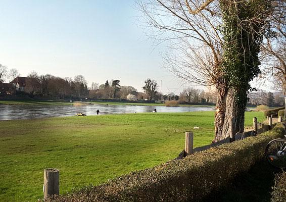 Die ersten Wassersportler auf der Weser
