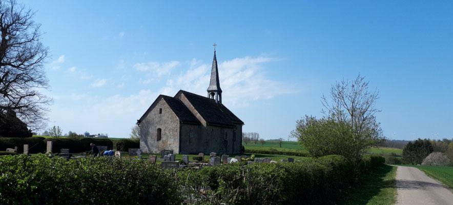 die Hattenser Kirche in den Feldern bei Ottenstein