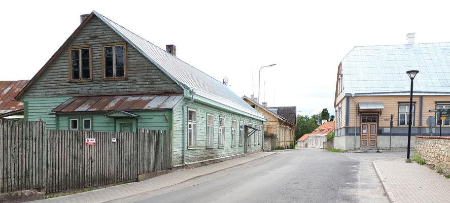 Schmale Straßen mit typischen Holzhäusern