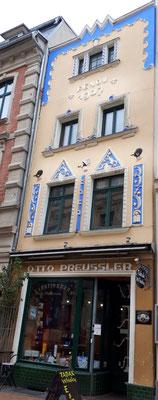 Hier war schon immer ein Zigarrenladen. Hat sich noch niemand über die Ornamente beschwert?