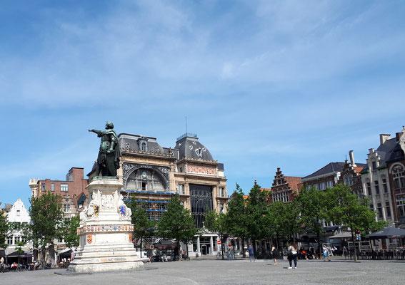 Vrijdagmarkt mit Standbild von Jacob van Artevelde. Er schaffte es den Boykott der englischen Wolleinfuhren im 14. Jahrhundert aufzuheben.