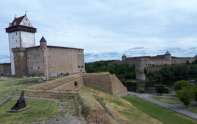 Hermannsfeste und auf der anderen Flußseite die Festung Iwangorod