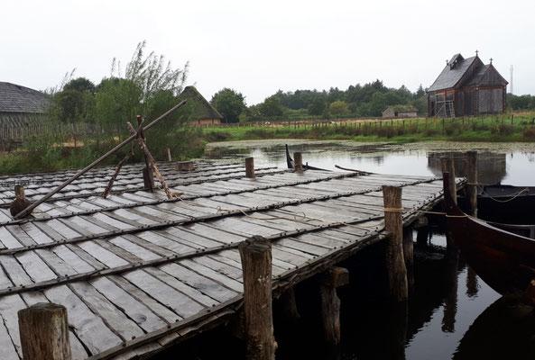 Durch die schräge Anordnung der Latten läuft das Wasser immer ab und das Holzfault nicht so schnell. Schlau diese Wikinger