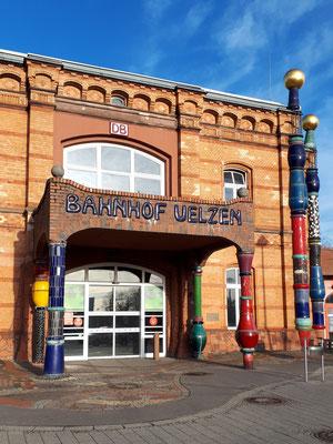 Haupteingang des Hundertwasser-Bahnhofs