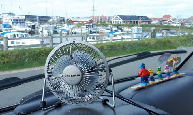 Käpt'n Blaubär schaut mit seiner Mannschaft auf den Hafen