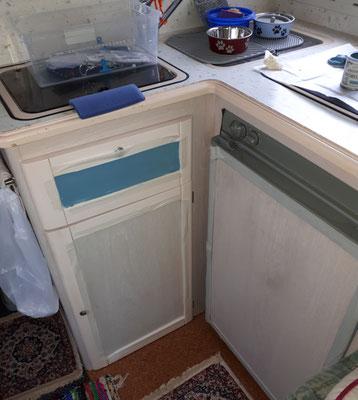 Kühlschranktür und Schrank unter der Spüle