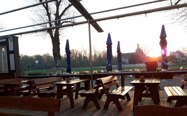 Sonnenuntergang im Biergarten