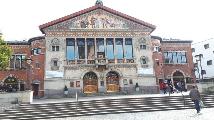 Das Theater gegenüber vom Dom