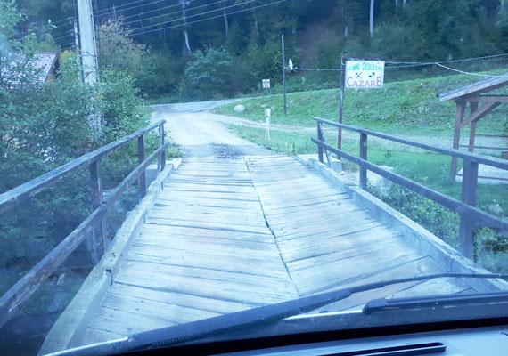 Über diese Holzbrücke geht's zum Stellplatz
