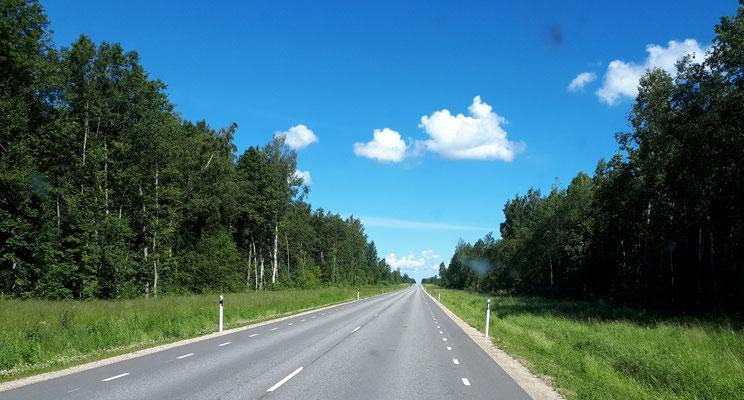 Typische schnurgerade Straße im Baltikum