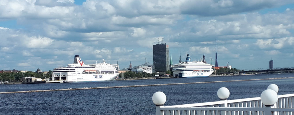 Blick auf Fägren und Kreuzfahrtschiffe