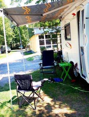 Auf dem Campingplatz, im Halbschatten