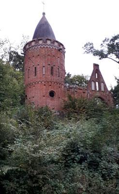 Burgruine Reppin bei Muess. Eine Pseudo-Burgruine errichtet für den  1897 im Krieg verstorben Sohn von Großherzog Friedrich Franz II.