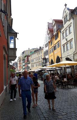 Die Maximilianstraße, zuviel Menschen. Corona freut sich über leichte Beute