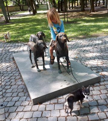 Das Hundedenkmal bei der Burg