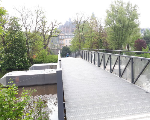 Pontonbrücke (Sommerbrücke über die Lahn) mit Blick auf den allesüberragenden Dom
