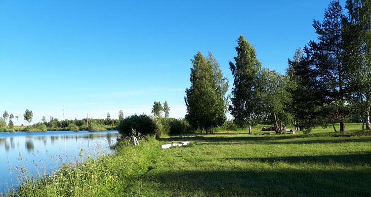 Campingplatz mit kleinem Teich