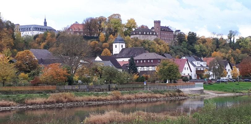 Blick auf Herstelle mit der Burg und dem Kloster