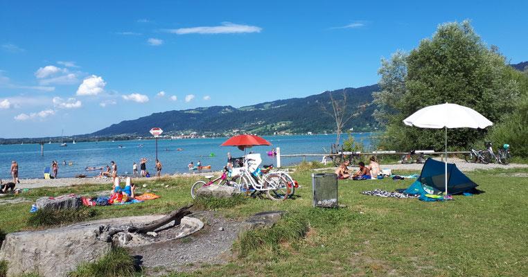 Öffentlicher Strand mit Grillplätzen beim Campingplatz